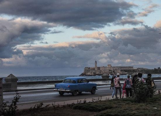 Die weltberühmte Prachtstraße Havannas, der Malecón, bietet wunderbare Fotomotive, wozu natürlich neben der Gischt die Oldtimer beitragen