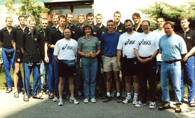 Juni 1998: Die Deutsche Nationalmannschaft mit Bundestrainer Olaf Kortmann (links neben Thomas Schuett) gastiert in Passau.