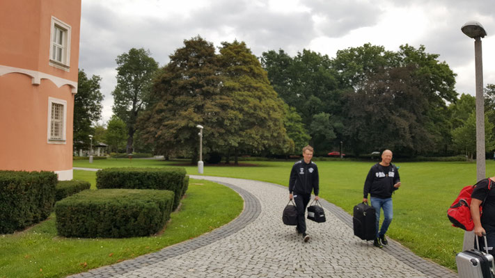 """Anmarsch durch den Schlosspark zum """"Parkhotel"""""""