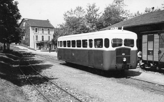 Tarn-094 : Lacaune-les-Bains. 28 juin 1953. Autorail Verney SCF. Cliché Jacques Bazin