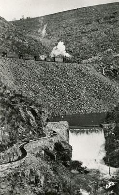 Tarn-107 : Près de Lacaune-les-Bains. Barrage de l'usine électrique. Locomotive 130T