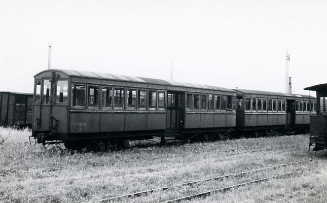 Tarn-001 : Castres-Dépôt. 28 juin 1953. Voitures de l'ancienne ligne VDFM Toulouse - Castres supprimé en 1939. Cliché Jacques Bazin
