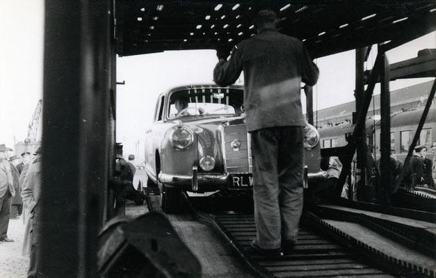 Boulogne-Maritime-013 : Guidée par un cheminot, c'est maintenant au tour d'une Mercedes de rejoindre le train. Cliché Jacques Bazin. 4 juin 1957