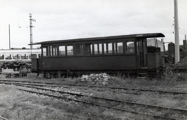 Tarn-007 : Castres-Dépôt. 2 septembre 1956. Voiture voyageur de 2ème classe, ex-VDFM Toulouse-Castres. Cliché Jacques Bazin