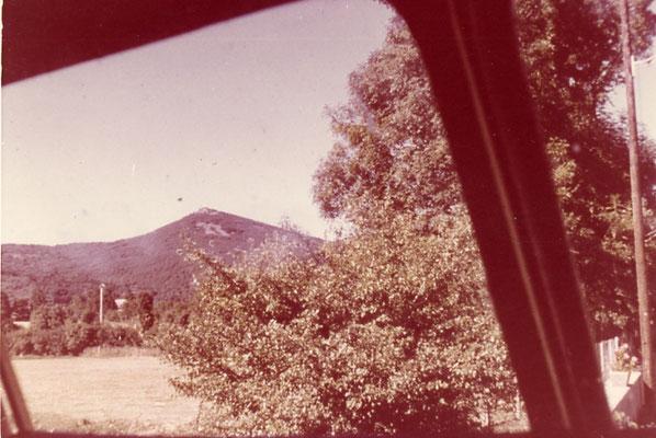 Tarn-109 : Près de Moulin-Mage. Vue depuis l'autorail sur le Pic de Montalet (1 260 m). 1962. Cliché Rose Salvaire