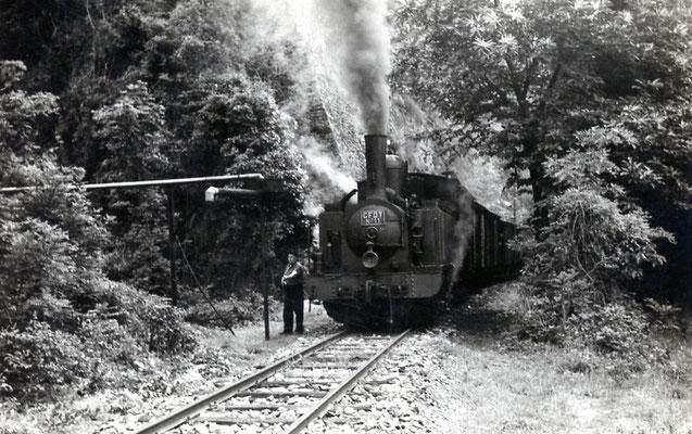 Tarn-055 : Prise d'eau dans la montagne entre Lacazalie et Lacrouzette. 27 juin 1953. Locomotive 130T n°11. Cliché Jacques Bazin