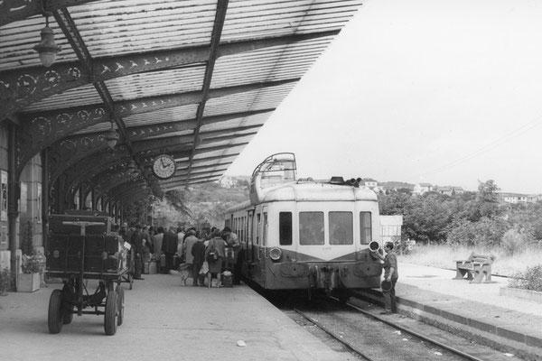 En ce jour de retour de vacances, grosse affluence en gare de Châtel-Guyon pour monter dans cet autorail. Cliché Jacques Bazin. 31-08-1968