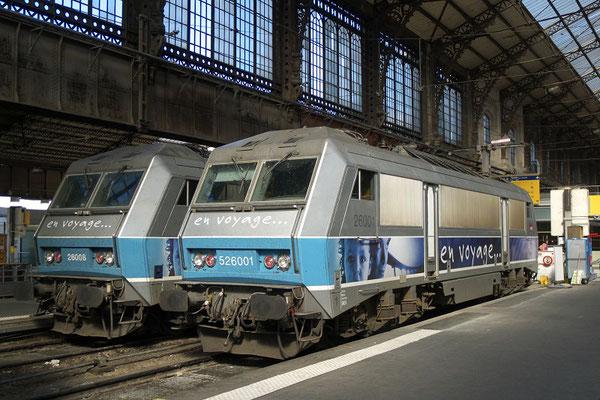 Paris-Austerlitz-9 avril 2010. Les BB 26001 et 26008 sous la grande verrière. Cliché Pierre Bazin