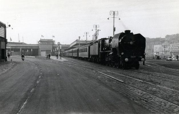 Boulogne-Maritime-021 : La locomotive 231 C 71 est prête à assurer le tout premier train auto-couchettes de la SNCF. Cliché Jacques Bazin. 4 juin 1957
