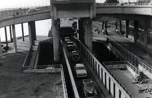 Boulogne-Maritime-006 : Débarquement des voitures du ferry. Cliché Jacques Bazin. 4 juin 1957