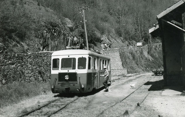 Tarn-126 : Ferrières. 2 mai 1958. Autorail Billard A150D6. Cliché Jacques Bazin
