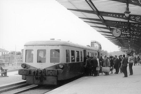 """Gare de Châtel-Guyon. Autorail """"Picasso"""" X 3858. Cliché Jacques Bazin. 31-08-1968"""