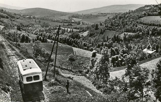 Tarn-104 : Près de Lacaune-les-Bains. Vallée de la Grave. Autorail Verney SCF