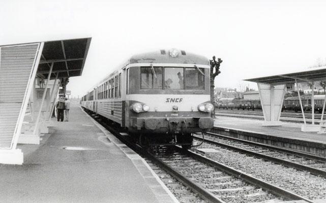 """Paray-le-Monial-007. Autorail série X 4300 """"Caravelle"""". Cliché Jacques Bazin. 26 avril 1983"""