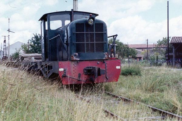 Tarn-025 : Castres-Dépôt. Locotracteur LT2. Dernier voyage de dépose de la voie. Août 1963. Auteur du cliché inconnu