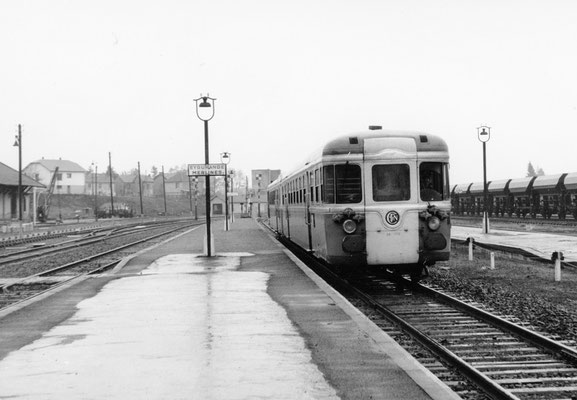 Eygurande-Merlines. Rame RGP-2 arrivant en gare avec l'express 1B Lyon - Bordeaux via Clermont-Ferrand. Cliché Jacques Bazin. 27-04-1968