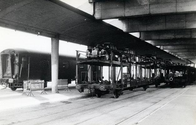 Boulogne-Maritime-017 : les porte-autos sont prêts à être raccordés à la rame voyageurs. Cliché Jacques Bazin. 4 juin 1957