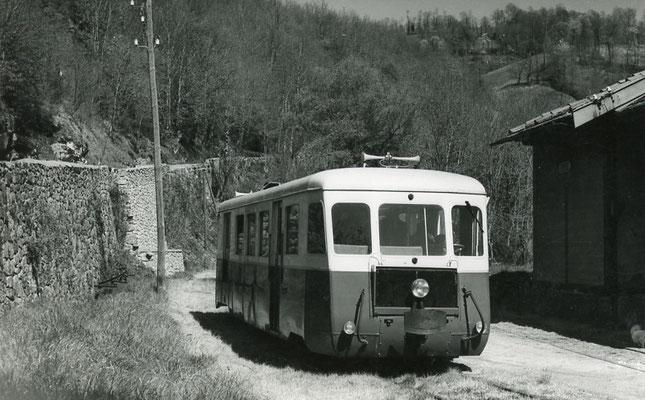 Tarn-127 : Ferrières. 2 mai 1958. Autorail Billard A150D6. Cliché Jacques Bazin