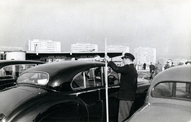 Boulogne-Maritime-009 : Mesure du gabarit au moyen d'une toise pour cette Jaguar MKVII. Cliché Jacques Bazin. 4 juin 1957