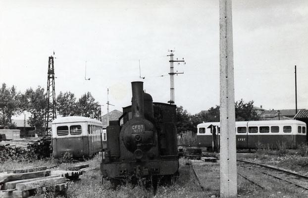 Tarn-005 : Castres-Dépôt. 2 septembre 1956. Locomotive 130T n° 11 et autorails Verney . Clcihé Jacques Bazin