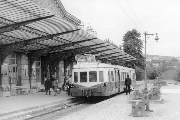"""Autorail """"Picasso"""" X 3858 en gare de Châtel-Guyon. Cliché Jacques Bazin. 31-08-1968"""