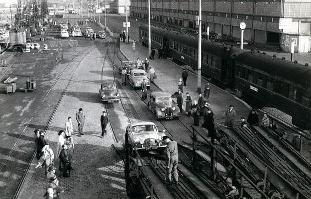 Booulogne-Maritime-010 : Ford Zephyr et Austin anglaises montent à bord des wagons porte-autos. Cliché Jacques bazin. 4 juin 1957