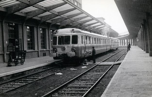 Boulogne-Maritime-022 : Rame à Grand Parcours (RGP). Train spécial pour Paris réservé à la presse venue assister au départ du premier train auto-couchettes. Clcihé Jacques Bazin. 4 juin 1957