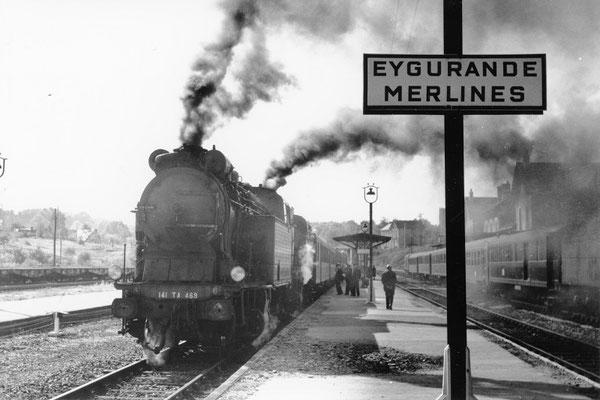 Eygurande-Merlines. La locomotive 141 TA 469 vient de se mettre en queue de l'express 2001 Paris - Ussel, afin de récupérer les voitures directes à destination des stations thermales de La Bourboule et du Mont-Dore. Cliché Jacques Bazin. 0-10-1959