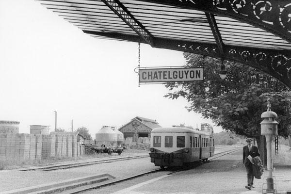 """Arrivée d'une autorail """"Picasso"""" série X 3800 en gare de Châtel-Guyon (autrefois orthographiée Châtelguyon comme le montre la plaque de la gare). Cliché Jacques Bazin. 31-08-1968"""