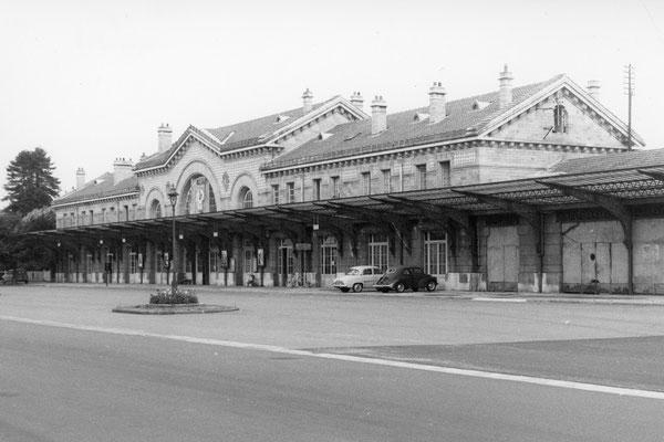 Le statut de station thermale de Châtel-Guyon, qui lui assure un trafic estival important, a entraîné l'édification d'une gare imposante. Cliché Jacques Bazin. 31-08-1968