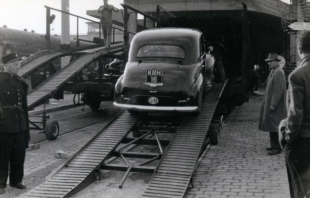 Boulogne-Maritime-011 : Montée à bord des wagons porte-autos. Cliché Jacques Bazin. 4 juin 1957