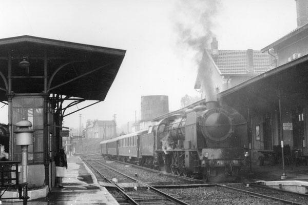 Eygurande-Merlines. Tracté par la locomotive 141 E 599, l'express 2006 Ussel - Paris marque l'arrêt en gare. Cliché Marc Dahlström. 18-06-1967