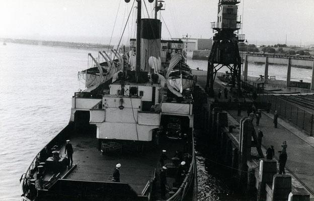 Boulogne-Maritime-003 : Acostage du ferry à quai. Cliché Jacques Bazin. 4 juin 1957