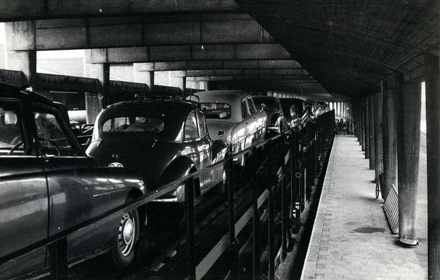 Boulogne-Maritime-014 : Les wagons porte-autos sont maintenant chargés. Cliché Jacques Bazin. 4 juin 1957