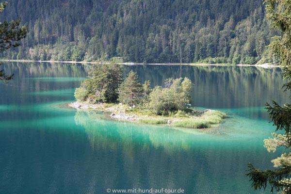 Insel im türkisfarbenen Eibsee, Bayern