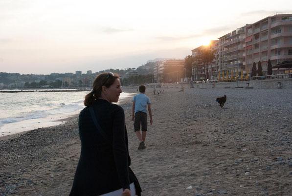 Mit Hund am Strand der Promenade du Cap, Roquebrune-Cap-Martin