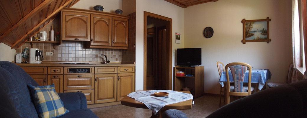 """Ferienwohnung """"Calmont"""": Wohnraum mit Küchenzeile"""
