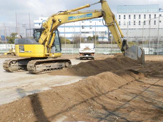 グラウンドに新しい土の搬入