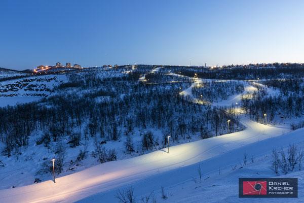 Die Langlaufloipe, dahinter Kiruna