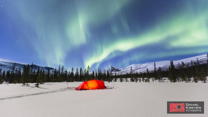 Zelt mit Nordlicht vor dem Skierffe auf meiner Backcountry Skitour auf dem Kungsleden