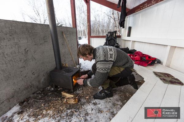 Feuer machen bei den Hütten von Nissonjokk