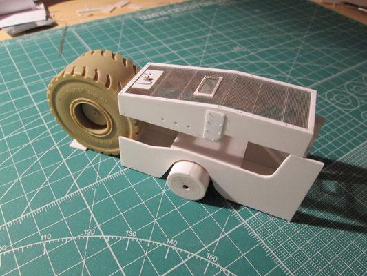 Hauptrahmen mit Pendelachse, die Motorhaube zum Test aufgesetzt