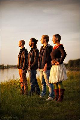 Trustees im Sonnenuntergang - Session mit Andrea, Veit, Martin und Jakob am Rheinufer an der deutsch-französischen Grenze