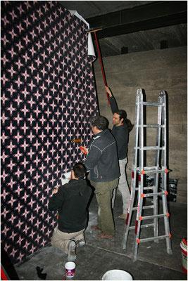 MAKING-OF: Basti, Armin und Alex tapezieren die große Wand der Pfeilerhalle mit der AKTTAPETE CROSSBODY