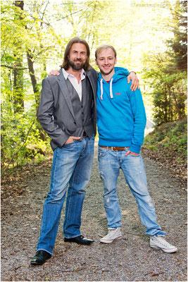 Veit und Martin in lichtdurchflutetem Wald