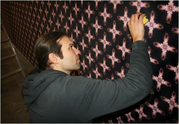 MAKING-OF: Perfektion wird groß geschrieben: Alex glättet sämtliche Übergänge der einzelnen Tapetenbahnen der AKTTAPETE CROSSBODY an der Wand der Pfeilerhalle im Freiburger E-Werk