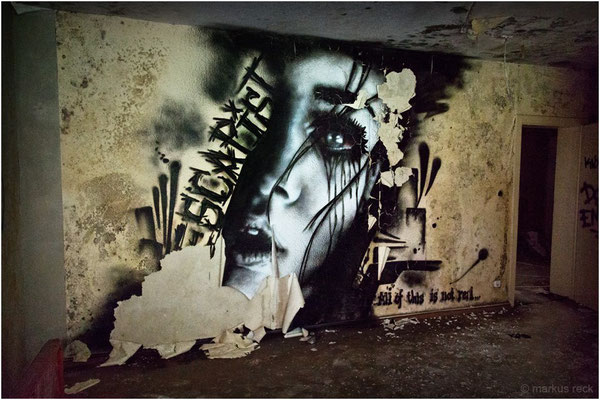 """""""ESCAPIST"""" - Entdeckt im Treppenhaus eines verlassenen Sanatoriums für psychisch kranke Frauen auf dem Gelände eines ehemaligen SS-Quartiers im Schwarzwald."""