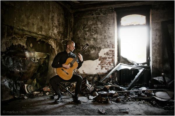 Stefan Schmidt - Gitarrist & Komponist - ausgebranntes, verlassenes Haus, Baden-Baden