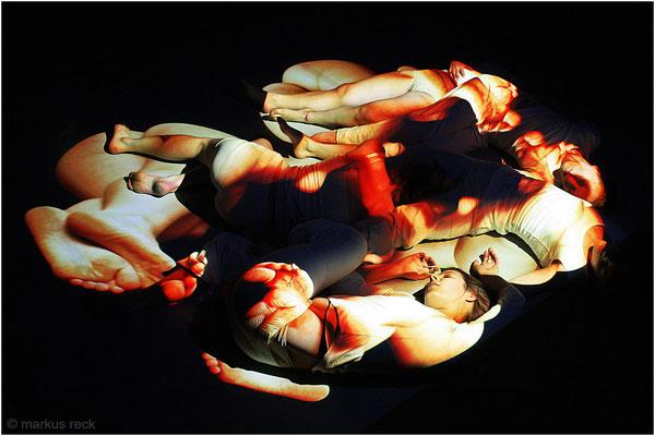 """""""BEYOND"""" (Choreographie: Doro Eitel) - Markus Recks Aktornament """"Unendlichkeit"""" projiziert auf Tänzerinnen"""