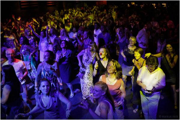 RED NOSE DAY? - Nein! Ein Blick ins Publikum während der FUCKED-UP-Party im Münchner MUFFATWERK